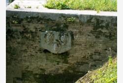 Stemmi nobiliari visibili sotto il ponte del capoluogo